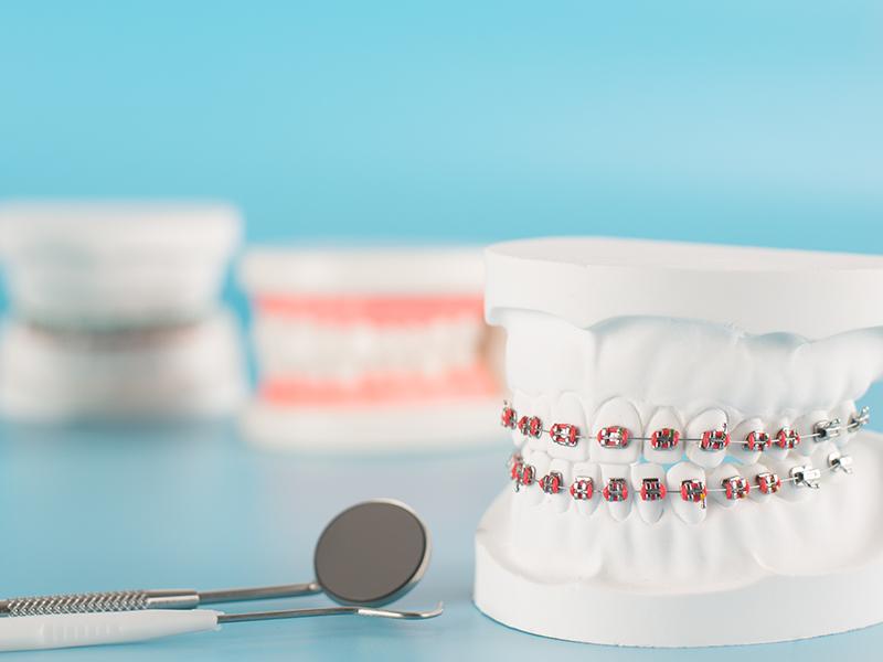 """矯正歯科<br><span class=""""pink"""">歯並びやかみ合わせを治したい</span>"""